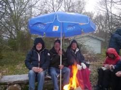 Drei lustige Schweden schützen sich vor dem Regen