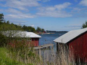 kleine rote Bootshäuser am Wasser