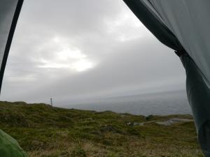 Wir schauen aus dem Zelt und sehen...sch...Wetter
