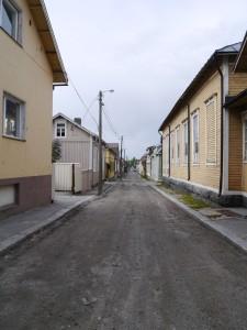 Die meisten Nebenstrassen sind nicht geteert, die Häuser aus Holz.