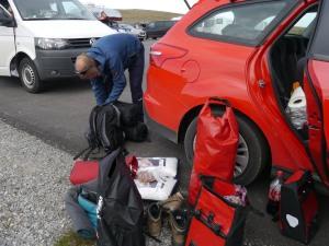 Wir packen unsere Sachen für die Wanderung zum Nordkap