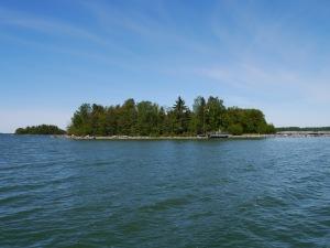Wunderschöne, fast kreisrunde Insel. 15 Minuten Fußweg zum Umrunden.