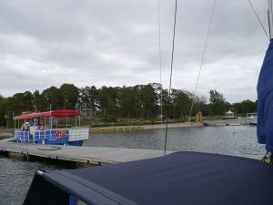 Der Blick vom Schiff in den Gästehafen. Dahinter liegt der Campingplatz