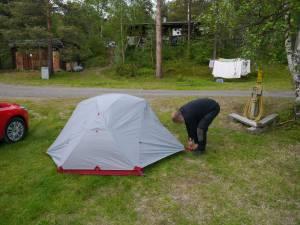 Hajo stellt zum ersten Mal unser Zelt auf