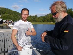 Phil hat einen kleinen Fisch gefangen. Fischprofi Hajo befreit den Fisch vom Haken.