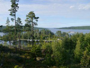 Lustholmen liegt sehr geschützt hinter einer kleinen Insel, die jedoch durch einen Strand mit dem Festland verbunden ist.