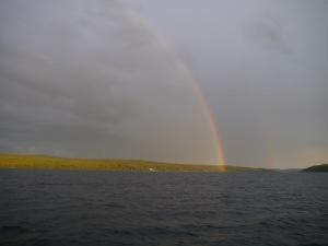 Auf unserer Flucht: ein wunderschöner geschlossener Regenbogen