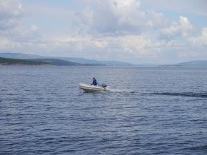 Mo hat richtig Spaß mit dem kleinen Boot