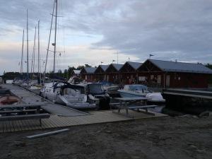 voller Hafen auf der Insel Junkön